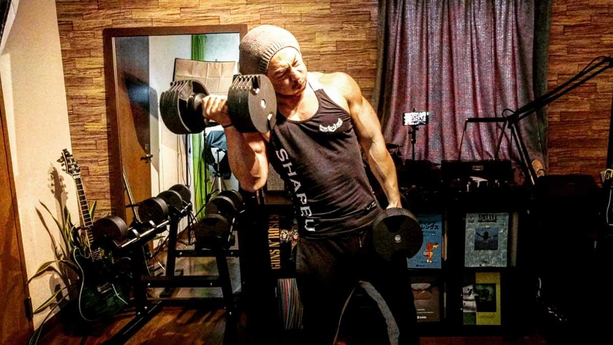 【目指せ上腕40cm超え!】ダンベルカール。3つのポイントを押さえて極太の腕を作る。質の高いトレーニングを身体で覚えることが重要。